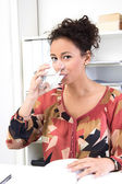 Kvinna dricksvatten — Stockfoto