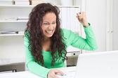 Angry woman with laptop — Stockfoto