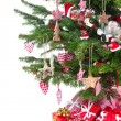 Colorfully decorated isolated Christmas tree with red decoration — Stockfoto