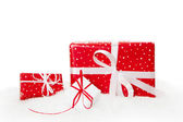 Czerwony na białym tle świątecznych prezentów — Zdjęcie stockowe