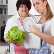 Slim and overweight women talking about nutrition — Stock Photo