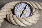 Maritime compass and rope — Stockfoto