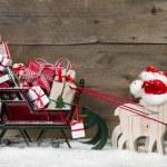Julkort dekoration: älgar dra santa släde med presen — Stockfoto #34808725