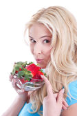 Vrouw bedrijf aardbeien — Stockfoto
