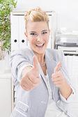 Kvinna tummen upp — Stockfoto