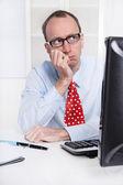 Mladý podnikatel s brýlemi a plešatý sedí ve své kanceláři — Stock fotografie