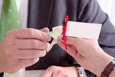 Homme remettant les clefs à une femme — Photo