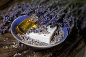 Levandulový olej a mýdlo levandule — Stock fotografie
