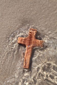 Wooden cross in sea — Foto Stock