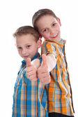 Malí kluci - bratři - izolované palce nahoru. — Stock fotografie