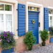 Flowers and plants decorating house exterior — Stock Photo
