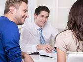 Stilig konsult i skjorta och slips med ett par på kontor. — Stockfoto