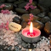 Świeca, sól i kamienie — Zdjęcie stockowe