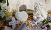 Grave with cross, heart and angels — Stock Photo