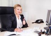 Affärskvinna i hennes kontor — Stockfoto