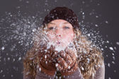 Kobieta dmuchanie płatki śniegu — Zdjęcie stockowe