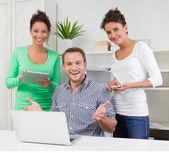 Ludzie w biurze — Zdjęcie stockowe