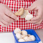 Woman cleaning mushrooms with vegetable brush. — Stock Photo