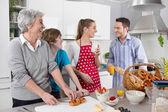 Familia feliz cocinar juntos - con la abuela. — Foto de Stock