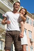Ritratto di coppia attraente caucasica sul giro turistico presso un — Foto Stock