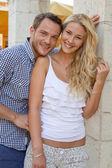 魅力的な笑みを浮かべて白人の恋したカップルに上の肖像画、 — ストック写真