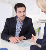 Raadpleging op kantoor tussen consultant en klant. — Stockfoto