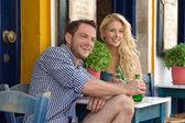 幸福的年轻夫妇,在暑假里坐在户外的 · · 雷斯塔 — 图库照片