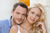 Jonge aantrekkelijke paar amoureuze: portret van de zomervakantie. — Stockfoto
