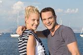 Felice marinaio giovane coppia sul mare - offerte di lavoro su una barca a vela. — Foto Stock