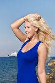 Aantrekkelijke blonde vrouw op zomervakantie aan de zee. — Stockfoto