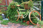 Garden decoration with a old bike. — Foto de Stock