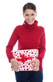 Молодой улыбается женщина, держащая Подарочная коробка для влюбленных или Рождеств — Стоковое фото