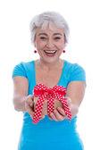 Счастливый изолированных Пожилая женщина, держа в подарок. — Стоковое фото