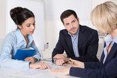 Успешный бизнес группы в ходе встречи, сидя за столом — Стоковое фото