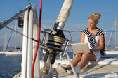 Croisière : voile femme travaillant sur un bateau. — Photo