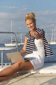 Cruising: segla kvinna som arbetar på semester på båten. — Stockfoto