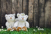 Couple: Wedding greeting card with two teddy bears on wooden bac — Stock Photo