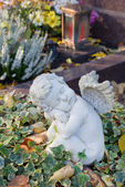 Autumn decoration on the tomb with white angel. — Stock Photo