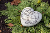 White stone heart with german text on the tomb. — 图库照片