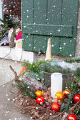 Window sill outside decorated with heather and santa for christm — ストック写真