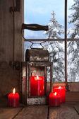 Ventana de madera antigua decorada con cuatro velas rojas de navidad. — Foto de Stock