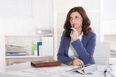 Infeliz mujer mayor de negocios pensativo sentado en el escritorio. — Foto de Stock