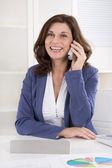 女性的高级经理,在办公桌前打电话的肖像. — 图库照片