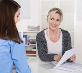 Appointment at a specialist for finance: female customer and adv — Stock Photo