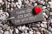 Gracias tarjeta de felicitación con un corazón rojo y el texto en la parte posterior de madera — Foto de Stock