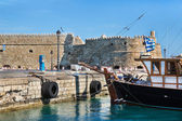 Greek island crete in the cyclades: sightseeing on the old port  — Stock Photo
