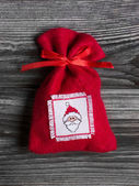Handmade red christmas sac with a embroided santa hat on felt. — Stock Photo