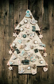 Christmas decoration: wooden carved tree decorated with gingerbr — Stock Photo