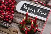 Veselé vánoční přání s hořící čtyři červené svíčky. — Stock fotografie