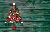 Christmas decoration in red and green: tree of balls on wooden b — Foto de Stock